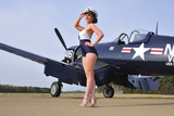 1940's Style Navy Pin-Up Girl Posing with a Vintage Corsair Aircraft Fotografisk trykk