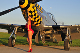 Sexy 1940's Style Pin-Up Girl Posing with a P-51 Mustang Fotografická reprodukce