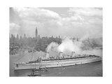 World War II Photo of RMS Queen Mary Arriving in New York Harbor Plakater
