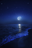 Tranquil Ocean at Night Against Starry Sky and Moon Photographie