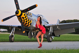 Sexy 1940's Style Pin-Up Girl Posing with a P-51 Mustang Photographie