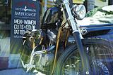 Harley Davidson at Old Glory Tattoo Parlor Photographie par Steve Ash