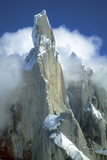 The Snow-Dusted Peak of Cerro Torre Amid the Clouds Lámina fotográfica por Ira Meyer