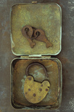 Old Brass Padlock Lying in Brass Tin with its Rusty Keys Lying in Lid and Resting Lámina fotográfica por Den Reader