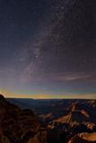 The Setting Moon Illuminates the Milky Way over the Grand Canyon Fotografisk tryk af Babak Tafreshi