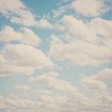 Fluffy Skies ... Fotografie-Druck von Laura Evans
