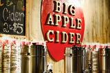 Big Apple Cider for Sale at the Christmas Market in Bryant Park, Fotografisk tryk af Sabine Jacobs