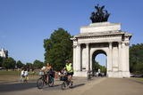 Cyclists under the Wellington Arch, Hyde Park Corner, London, England, United Kingdom, Europe Fotoprint van Stuart Black