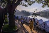 Sri Lankan People Walking at Kandy Lake at Sunrise, Kandy, Central Province, Sri Lanka, Asia Fotografisk trykk av Matthew Williams-Ellis