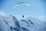 Paragliding Below Summit of Mont Blanc, Chamonix, Haute-Savoie, French Alps, France, Europe Photographie par Christian Kober