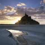 Mont Saint-Michel from the Tidal Flats at Sunset Fotodruck von Stuart Black