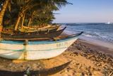 Traditional Sri Lanka Fishing Boat, Mirissa Beach, South Coast, Southern Province, Sri Lanka, Asia Lámina fotográfica por Matthew Williams-Ellis