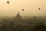 Hot Air Balloons Above Bagan (Pagan), Myanmar (Burma), Asia Reproduction photographique par  Tuul