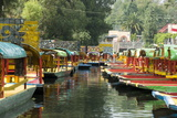 Colourful Boats at the Floating Gardens in Xochimilco Fotografisk tryk af John Woodworth