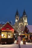 Snow-Covered Christmas Market and Tyn Church, Old Town Square, Prague, Czech Republic, Europe Papier Photo par Richard Nebesky