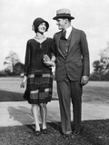 1920s Portrait Smiling Stylish Couple Walking Arm in Arm Fotografiskt tryck