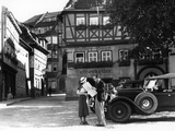 1930s Tourist Couple by Car Looking at Map in Front of Eisenach Lutherhaus Fotografisk tryk