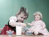 1950s Little Girl and Baby Doll Having Tea Party Fotografie-Druck