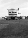 1930s Roadside Refreshment Stand Shaped Like Ice Cream Maker Lámina fotográfica