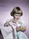 1950s-1960s Little Girl Feeding Kitten with a Baby Bottle of Milk Studio Lámina fotográfica