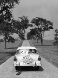 1950s Back of White Ford Sedan Driving Off with Just Married Sign Fotografická reprodukce