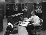 1960s Man in Shirt Tie and Thick Black Glasses Working with Ibm Data Processing System Reproduction photographique