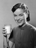 1950s Portrait Woman Holding a Glass of Milk Studio Lámina fotográfica