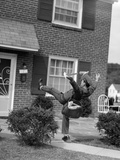 1950s Man Mailman Tripping Falling in Front of a Suburban Brick House Accident Stampa fotografica