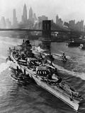 French Battleship Richelieu Passes Brooklyn Bridge Stampa fotografica