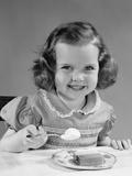 1950s Little Girl Eating Ice Cream Lámina fotográfica