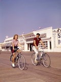 1950s Teen Couple Riding Bikes on the Boardwalk Jersey Shore Fotoprint