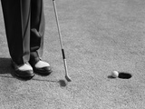 1950s Man Knees Down Putt on Golf Green Reproduction photographique
