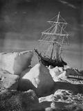 Endurance Trapped in Ice Fotografisk tryk af Frank Hurley