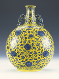 An Underglaze Blue and Yellow Enamelled Moonflask with a Peony and Lotus Pattern Lámina fotográfica