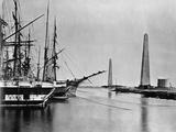 Obelisks and Ships at Suez Canal Entrance Fotografisk tryk