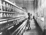 Girl at Spinning Machine Fotografie-Druck von Lewis Wickes Hine