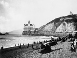 Crowds Enjoy the Beach Below the Cliff House Photographie