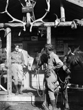 1920s-1930s Couple and Horses in Front of Western Hunting Lodge Porch with Trophy Antlers Skulls Fotografiskt tryck