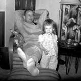 Dad Relaxes and Smokes His Pipe with His Four Year Old Daughter, Ca. 1958 Fotografisk trykk