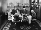 1940s Extended Family Sitting around Dining Room Table Saying Grace before Thanksgiving Dinner Photographie