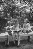 Girls Reading on Park Bench Reproduction photographique par Philip Gendreau