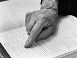 1940s Hand of Elderly Man Reading Bible Index Finger Following Along Passage Fotografisk tryk