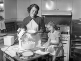 1950s Mother and Daughter Baking a Cake Lámina fotográfica