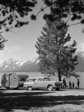 1950s Family Station Wagon and Camper at Jackson Lake, Wyoming Lámina fotográfica