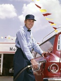 1950s Smiling Service Station Attendant Pumping Gas Photographie