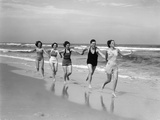 1930s Four Women and One Man Running on Beach Holding Hands Reproduction photographique