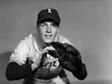 1950s Baseball Player with Glove Poised to Catch Ball Keeping His Eye on the Ball Papier Photo
