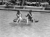 1930s-1940s Couple Drinking While Floating in a Pool on a Rubber Raft at Florida Resort Impressão fotográfica