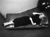 Worried Woman Hand to Forehead Seen from Above Lying Down on Psychiatrist Therapy Couch Fotografisk tryk