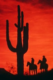 1980s Silhouette of Two Anonymous Cowboys Riding on Horseback Lámina fotográfica